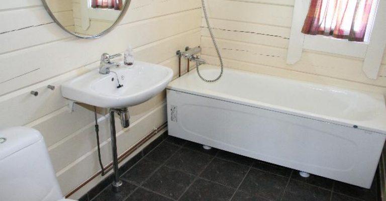 108-06-Bad-med-toilett-og-badekar